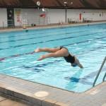Nadar aporta beneficios para la gente mayor