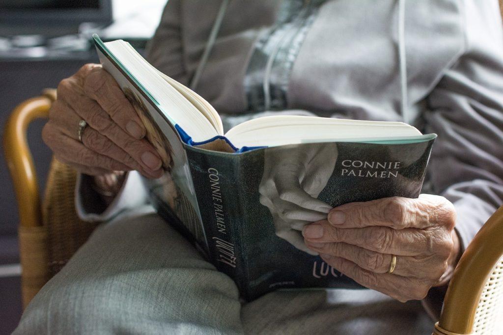 manos sosteniendo libro